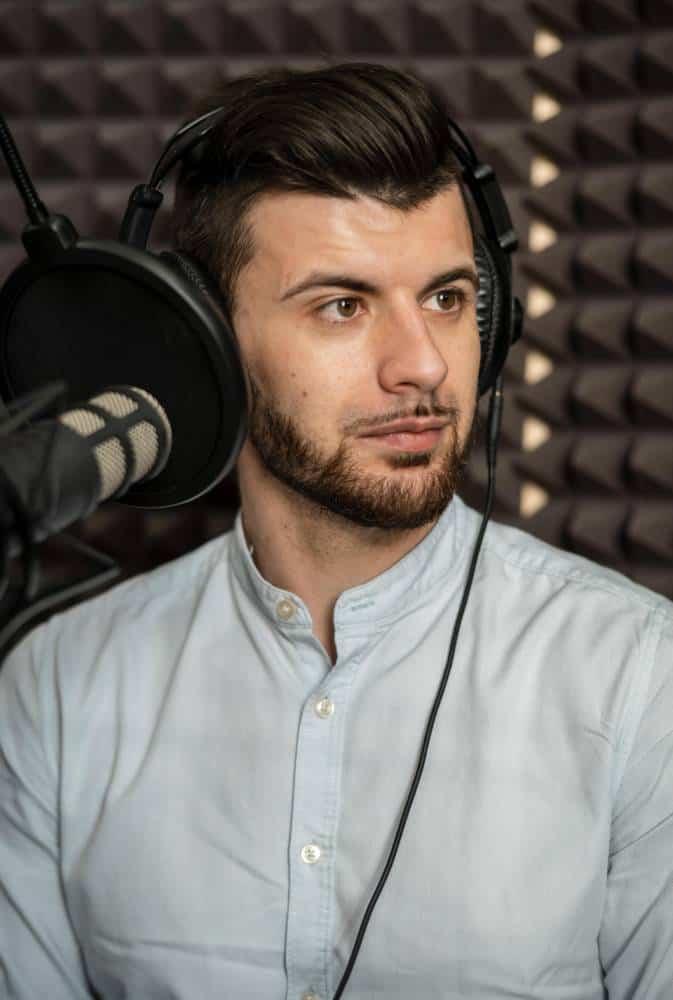 voix off homme studio